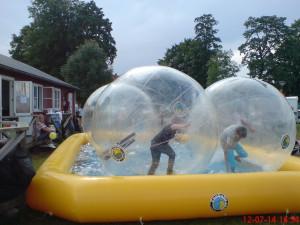 Vågar man inte vara i vattnet kanske barnet vågar vara ovanpå vattnet - all lek stimulerar till positiv utveckling OM det möter barnets behov av stimulering