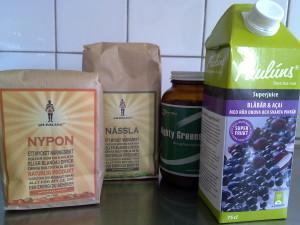 Nypon- och nässelpulver i en drink alternativt i barnets gröna smaskiga smoothie ger bra näringstillskott