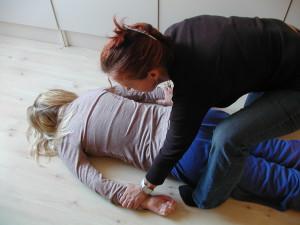 """Anpassad Djupmassage sker med kläderna på och utförs efter barnets speciella behov av stimuli via beröring - här går man oftast """"förbi"""" huden och jobbar mer med muskel- och ledsinne"""
