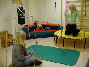 Studsmatta och gunga är redskap som inleder till stimulering om barnet inte har en överkänslighet för stimuli via balanssinnet i kombination med en underkänslighet för stimuli via led- och muskelsinnet ...