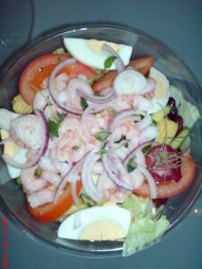 Sallad med skaldjur eller fisk tillsammans med en god Rhode Island-sås gjord på majonnäs, chilisås och vatten samt lime